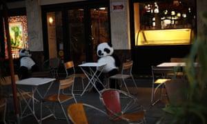 Les peluches s'asseoir sur une terrasse vide d'un restaurant au centre-ville de Bruxelles