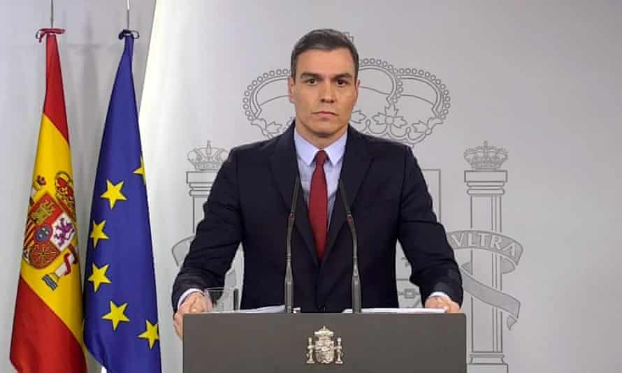 Spanish prime minister Pedro Sánchez speaking to the press from a podium