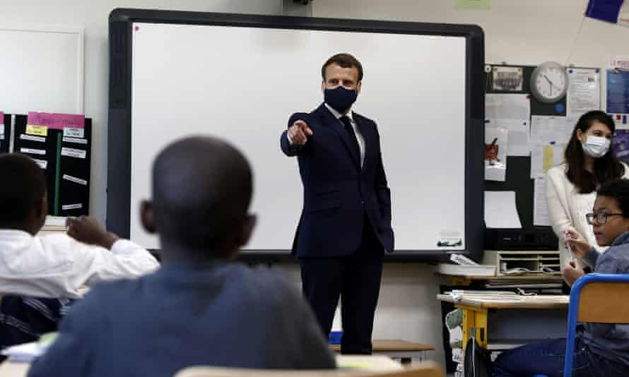 Emmanuel Macron wearing mask in class