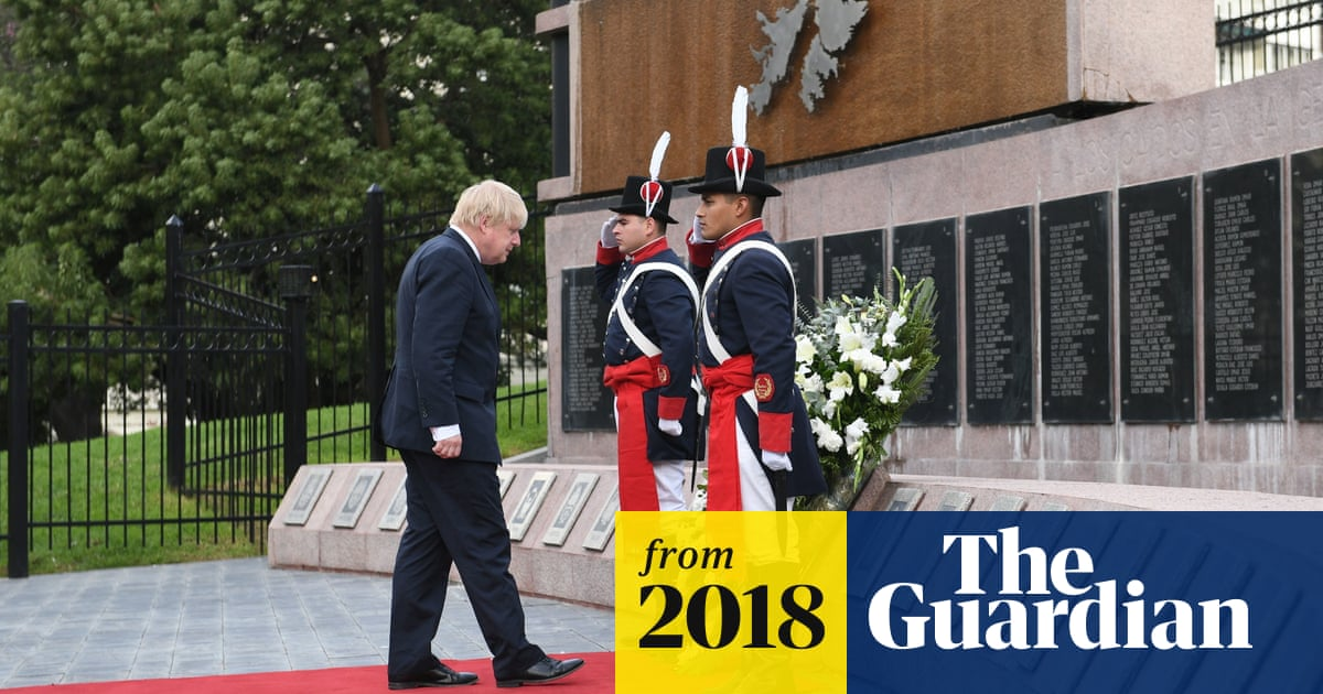 Boris Johnson lays wreath in Argentina for Falklands soldiers
