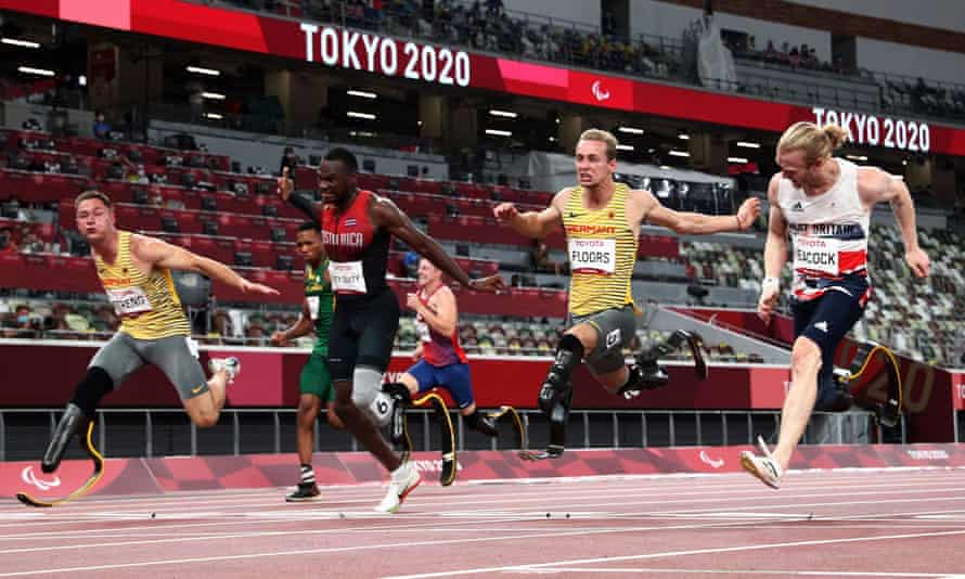 Jonnie Peacock (right) dips for the line to claim a share of bronze in the T64 100m