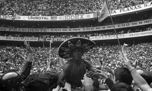 Pelé is chaired off the Azteca Stadium pitch wearing a sombrero.