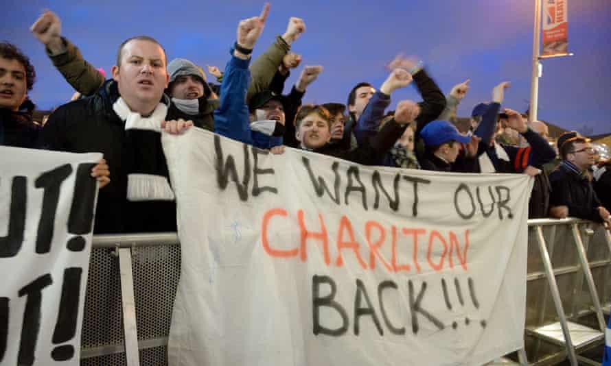 Charlton fans protest against Roland Duchâtelet