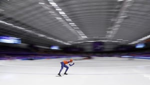 Jorrit Bergsma skates to set a new Olympic record in the men's 10,000m speedskating.
