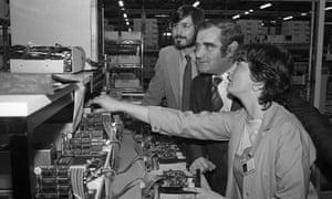 史蒂夫乔布斯,左,苹果的联合创始人,1980年访问科技公司在科克郡霍利希尔的新工厂