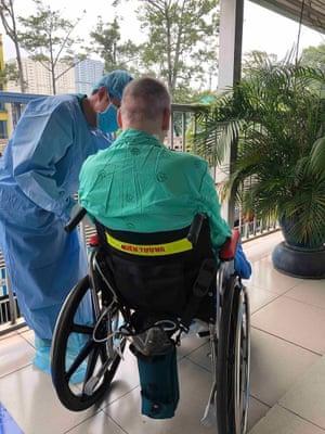 Auf diesem Foto, das im Juni vom Cho Ray Hospital aufgenommen wurde, kümmert sich ein Arzt um Patient 91.
