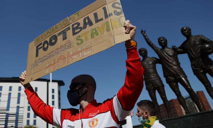 Manchester United fans protest against the club's owners after the failed launch of a European Super League.