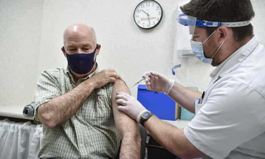 Il governatore del Montana Greg Gianforte riceve il primo vaccino contro il Covid.