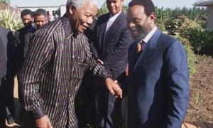 پادشاه حسن نیت زوئلیتینی ، راست ، با استقبال از رئیس جمهور مستعفی ، نلسون ماندلا ، در کوازولو-ناتال ، 1999.