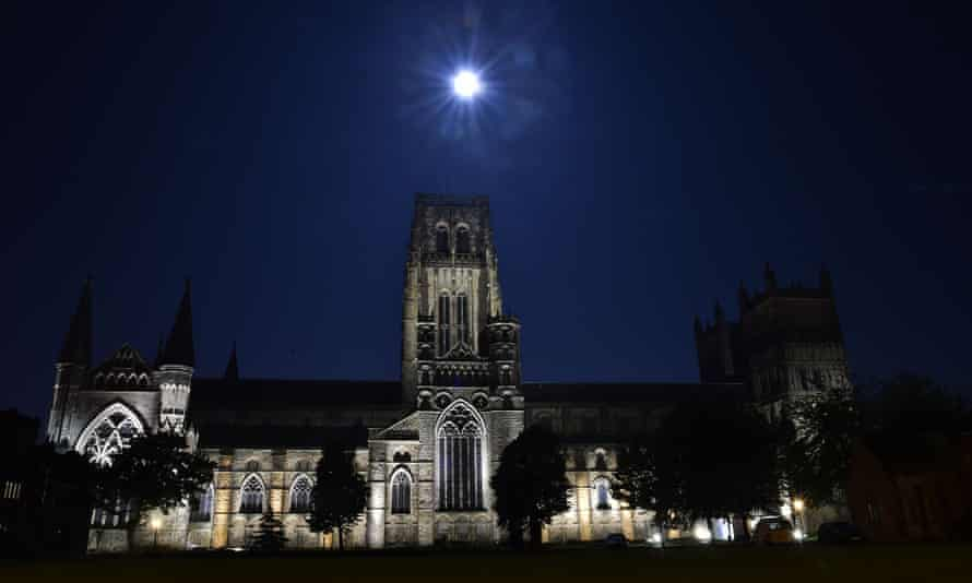 """A blood red """"supermoon"""" in the skies above Durham Cathedral"""