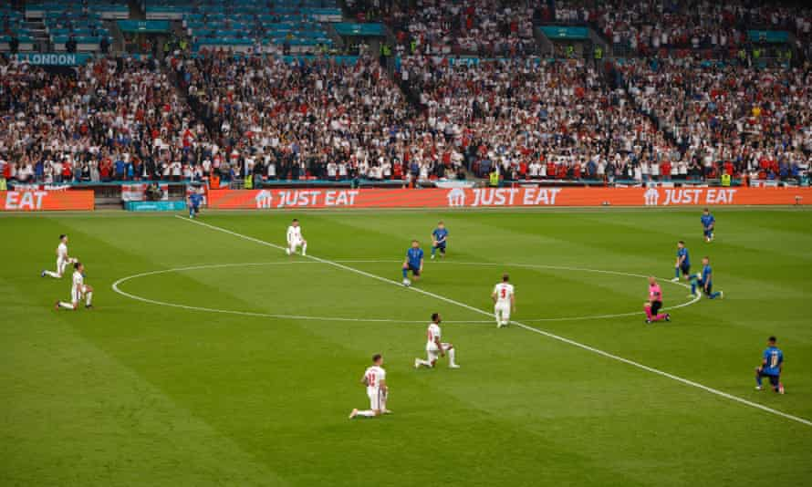 Players take the knee before the Euro 2020 final