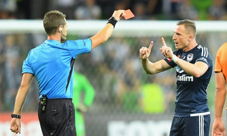 Melbourne Victory hang on against Brisbane Roar in A-League classic