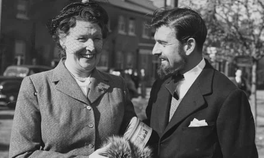 George Blake with his mother on his return from Korea in 1952.