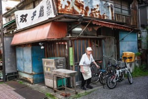 This sushi chef opened his restaurant in Adachi city 60 years ago. Nowadays his son does most of the work, but he still helps out with preparation and serving drinks