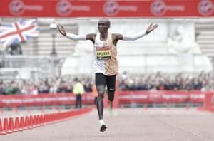 Kenya's Eliud Kipchoge wins the men's race
