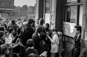 Autograph hunters mob Richard Burton