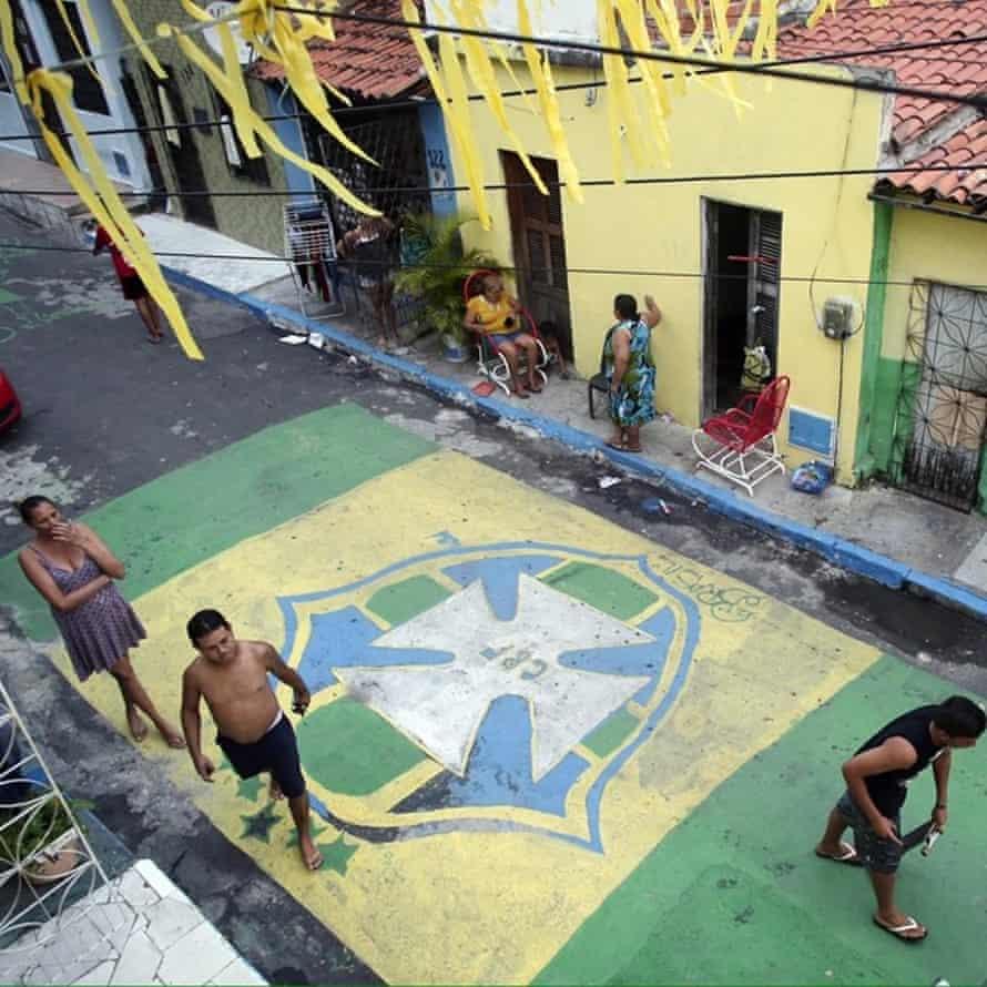 i̇nsanlar, brezilya'nın meksika'yı şehirde oynamasından önceki gün dünya kupası için haziran 2014'te fortaleza'da sokakları boyadı.