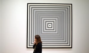 A viewer and one of Frank Stella's paintings of concentric squares.