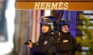 法国警察站在香榭丽舍大街的爱马仕分支外
