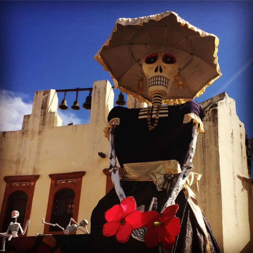 A giant skeleton figure in the town centre. Xa
