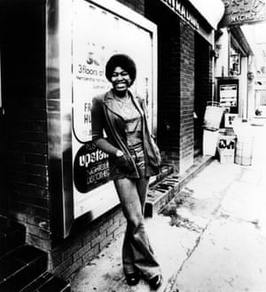 Pioneer… Joan Armatrading در خارج از Ronnie Scott در سال 1973.