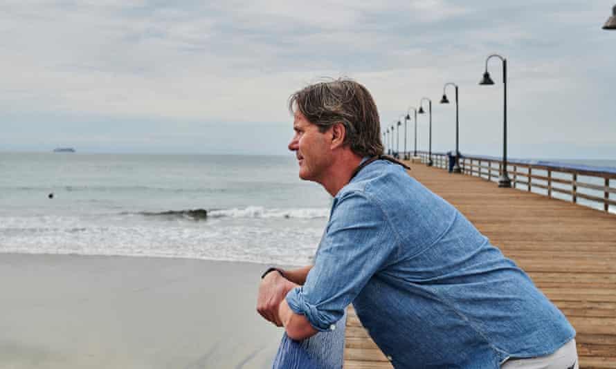 O prefeito Dedina olha para o mar.