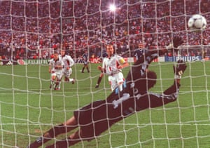 Alan Shearer snacks his penalty past Argentina keeper Carlos Roa. to level the scores.