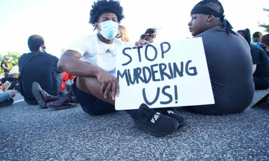 Los manifestantes bloquean una calle durante una protesta contra la muerte de George Floyd, en St Louis, Missouri, en mayo de 2020.