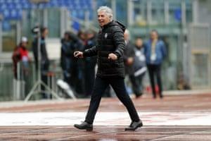 Gian Piero Gasperini celebrates a crucial victory in the Rome rain.