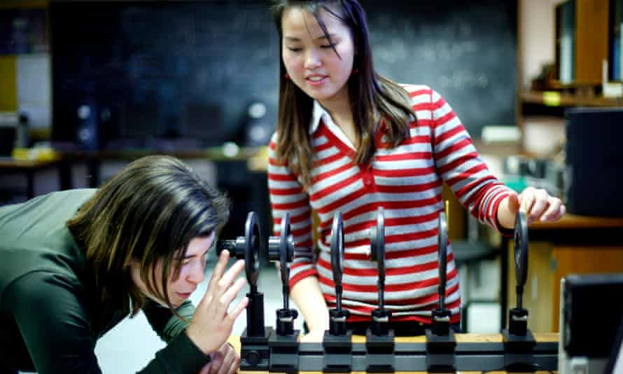 UNIVERSITY OF EDINBURGH PROSPECTUS - Physics students in a lab on the King's Buildings campus.