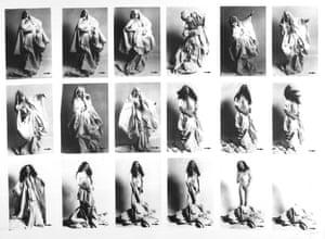 Striptease occasionnel à l'aide des draps du trousseau, by ORLAN.