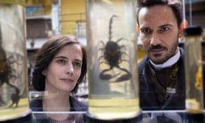Vanessa Ives (Eva Green) and Dr Sweet (Christian Carmargo) flirt over preserved scorpions.