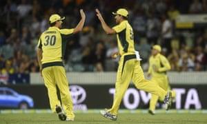 本周澳大利亚队在堪培拉战胜新西兰期间,Pat Cummins(左)和Mitchell Starc排名第五。