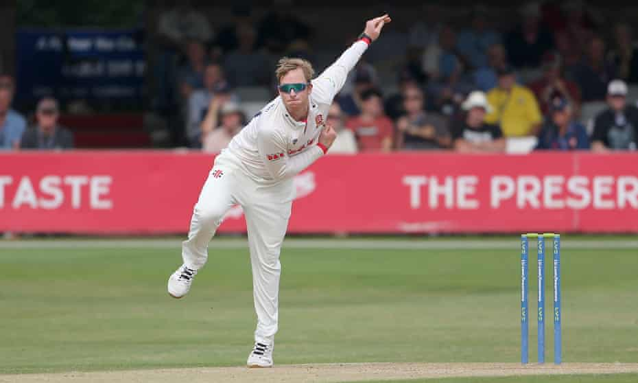 Simon Harmer bowling against Gloucestershire.