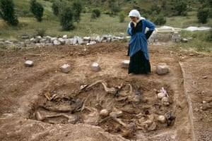 Northern Iraq. Kurdistan. June, 1992. Widow at mass grave found in Koreme.