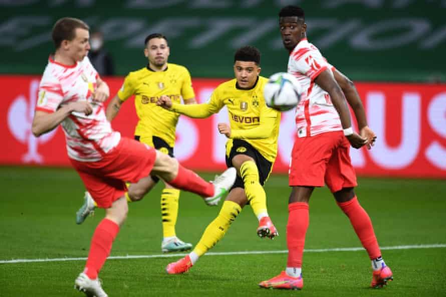 Jadon Sancho segna per il Borussia Dortmund nella finale di Coppa di Germania contro l'RB Lipsia a maggio.