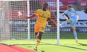 Eddie Nketiah celebrates and leaves Alex McCarthy fuming
