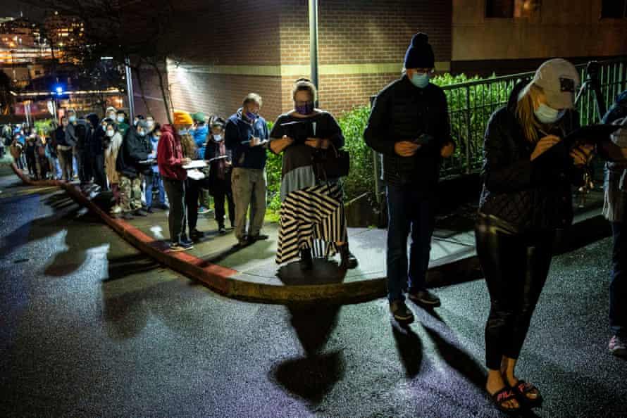 La gente espera en la fila de una clínica improvisada de vacunas Covid en Seattle.
