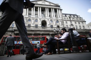 The Bank of England Ahead Of Interest Rate Decision<br>Workers sit on benches as they break for lunch outside the Bank of England in the City of London, U.K., on Tuesday, Sept. 2, 2014. Uneven growth may help Bank of England Governor Mark Carney press his case to keep record low interest rates when policy makers begin their two-day meeting today. Photographer: Simon Dawson/Bloomberg via Getty Images EMEA; EUROPE|EAME; EUROPE; KINGDOM; U|FINANCE; FINANCIAL; ECONOMY|BUSINESS; CORPORATION; CORPORAT|ECONOMY; ECONOMIC; BANK; POLICY|RATE; RATES; RATES|BANK; BANKS; BANKER;