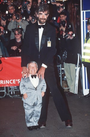 Peter Mayhew (C-3PO) with Kenny Baker in 1997 at the premier of Star Wars Trilogy – Special Edition