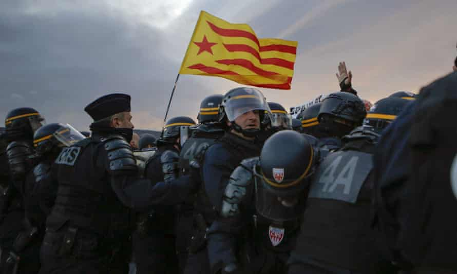 French police remove pro-Catalan independence demonstrators from La Jonquera crossing.