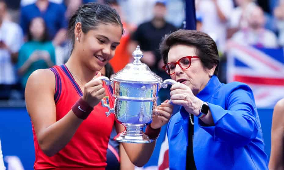 Billy Jean King hands the trophy to Emma Raducanu after Saturday's final.