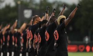 Les équipes de la MLS participent à une cérémonie d'avant-match Black Lives Matter avant le match entre Orlando City et l'Inter Miami