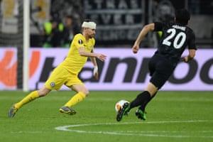 Jorginho of Chelsea seems to be ok as he takes on Makoto Hasebe of Eintracht Frankfurt.