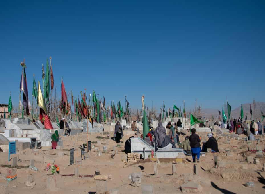 قبرستان هزاره در کویته.  این پرچم ها نشان دهنده قبر همه کسانی است که در خشونت های فرقه ای کشته شده اند.