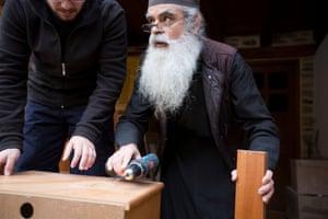 Ένας μοναχός διδάσκει μια νέα άφιξη για την ξυλουργική.