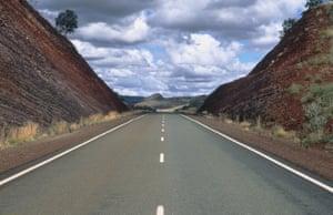 Australien / Landstraße(GERMANY OUT) Überlandstraße in Australien. Highway; Himmel; Landschaft; Straße; Verkehr; Wolken Aufgenommen 1999. (Photo by Mayall/ullstein bild via Getty Images)