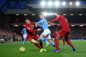 Silva pressures Robertson.