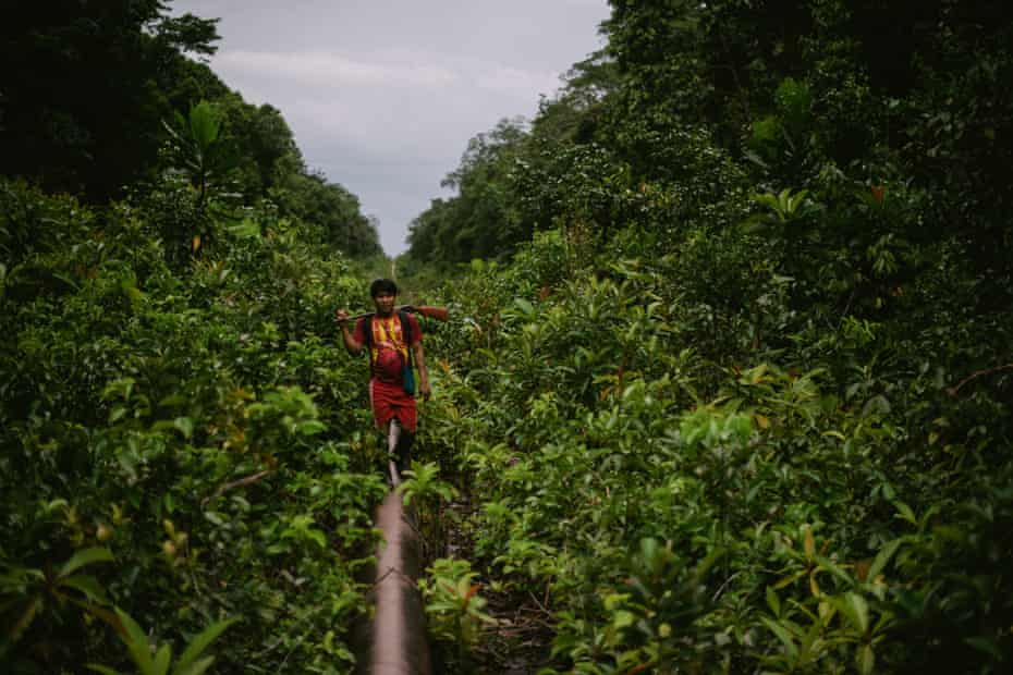 Michael Wampankito Ungum walks the 13 km from his home to work on containing the latest Mayuriaga oil spill.