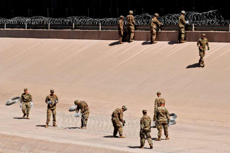 US troops install razorwire fences along the US-Mexico border in El Paso, Texas state.